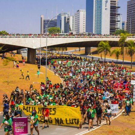 A mãe do Brasil é indígena: 5 mil guerreiras da ancestralidade ocupam Brasília em marcha histórica